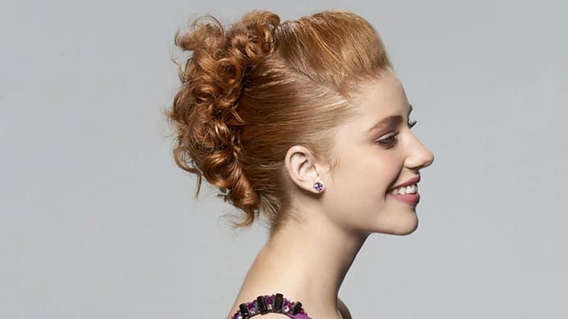 Sabit Buklelerle Yapılmış Gece Daveti Saç Modeli